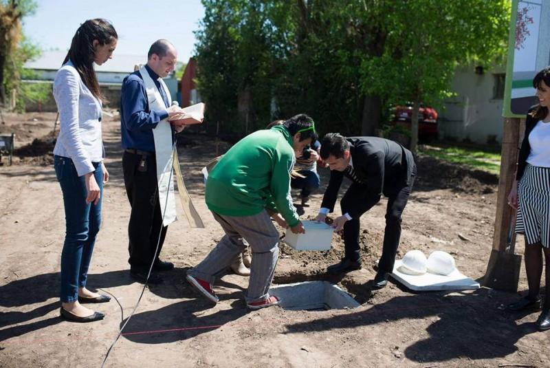 Acto de la puesta de la piedra fundacional, en el lugar donde se construirá el nuevo edifico del Centro de Día.