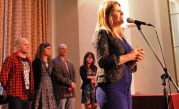 La Directora del Museo de Bellas Artes provincial, Viviana Guzzo, encabezó el acto en el Teatro Auditorium con la entrega de los premios:SALÓN ARTE JOVEN 2014