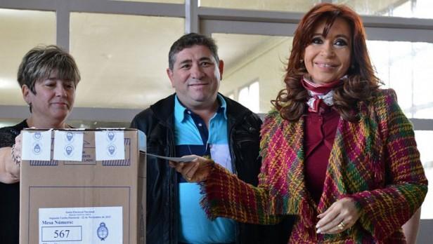 Votó Cristina, criticó a Macri y
