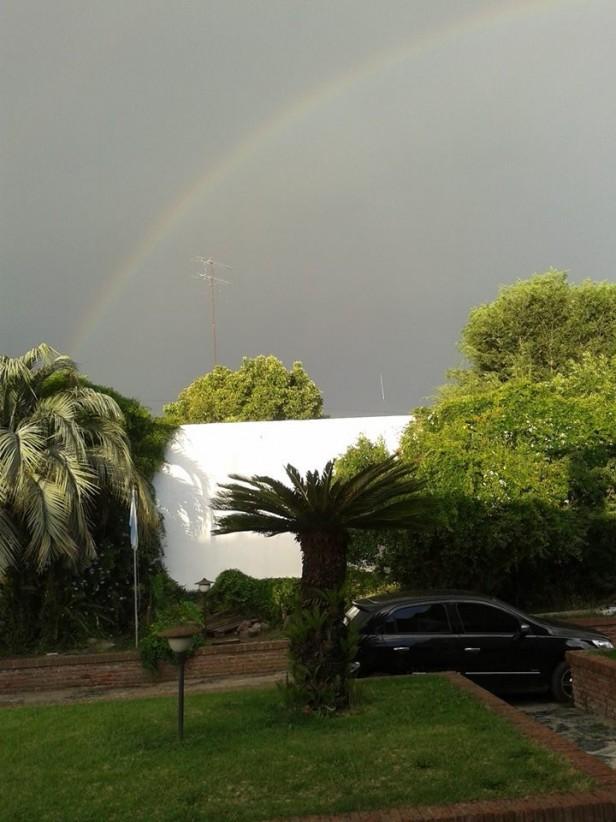 Furiosa tormenta de lluvia y viento pasó por Los Toldos, por gracia de la madre naturaleza no descendió e hizo desastre
