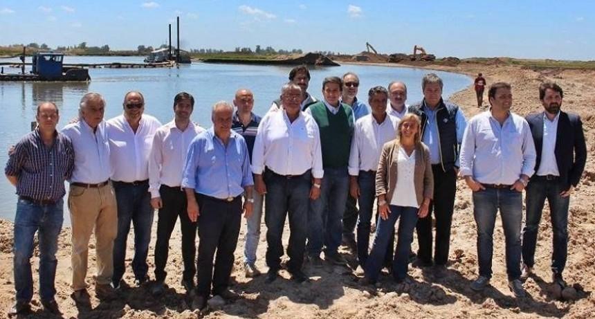 Franco Flexas y otros intendentes recorrieron  junto a Sarquís y Gigante las obras en la Cuenca del Salado.