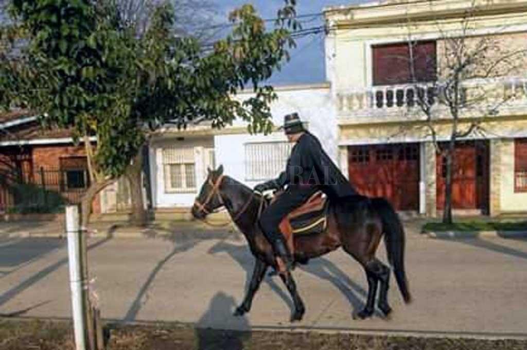 Insólito: disfrazado y a caballo por el centro, pidió por la vuelta de