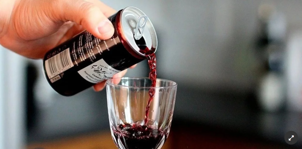 Para el verano.  Las bodegas apuestan al vino en lata para competir con cervezas y otras bebidas