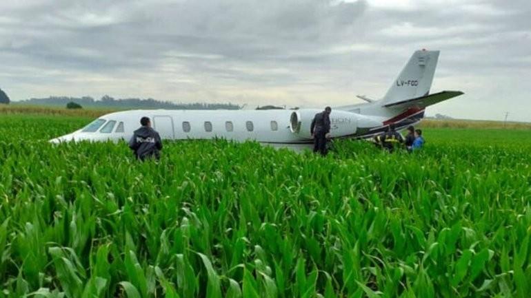 Un avión aterrizó de emergencia en un campo de maíz