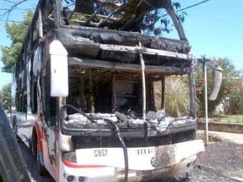 Junín: Investigan micro incendiado por desconocidos