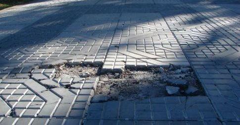 Nuestra plaza nos costó $ 500.000 y ya tiene varias baldosas rotas y flojas, denuncian vecinos