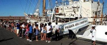 Largas filas para visitar a la Fragata Libertad