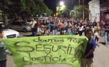 Otra masiva manifestación y pese al poco tiempo de convocatoria. Lentamente la comunidad se va comprometiendo y va perdiendo el miedo y la verguenza