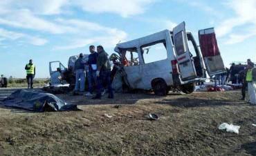 Diez personas murieron en Santa Fe al chocar una combi que llevaba maestros