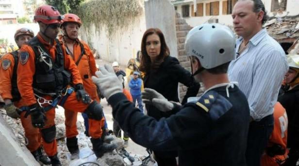 Cristina visitó la zona de la tragedia: se fue entre insultos y algunos aplausos