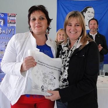 CARLOS CASARES: Se hizo entrega de materiales didácticos del Plan FinEs