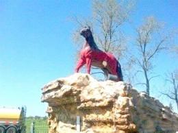 En un acto vandalico pintaron de rojo el monumento al caballo en Bragado
